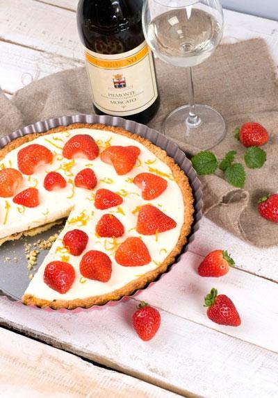 Słodkie wina podaje się zwykle do deserów, takich jak ta tarta z truskawkami, ale nie tylko. | przepis, dobór win – Wino i Kuchnia Blog | winoikuchnia.pl