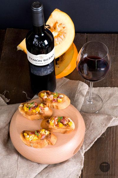 Słodka dynia, dymny boczek, ostry cheddar – wbrew pozorom łatwo dobrać wino do bruschetty z takimi dodatkami. | przepis, dobór win – Wino i Kuchnia Blog | fot. winoikuchnia.pl