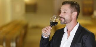 Aromat wina można oceniać, tak jak zapach perfum, biorąc pod uwagę takie kryteria, jak czystość zapachu, złożoność i harmonia. | fot. ALPA PROD / shutterstock