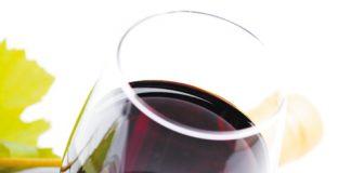 Kieliszek czerwonego wina | Fot. Depositphotos