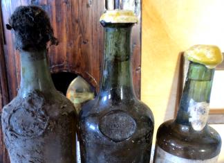 fot. ilustracyjna: butelka typu clavelin | © Arnaud 25 / Wikimedia Commons