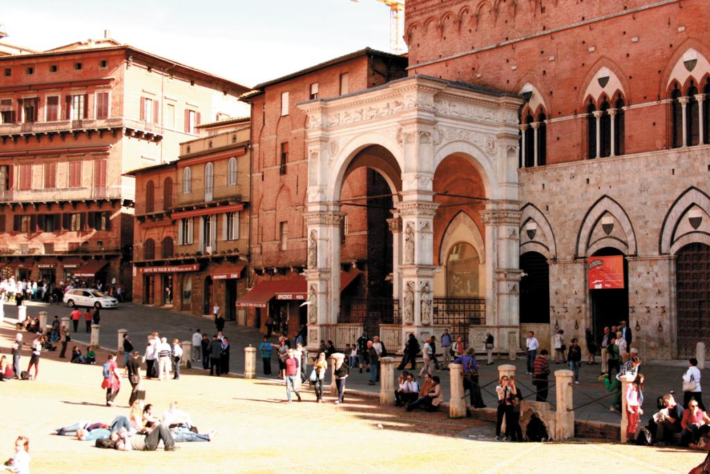 Piazza del Campo w Sienie jest od wieków świadkiem Palio – słynnej gonitwy konnej | fot. D. Romanowska