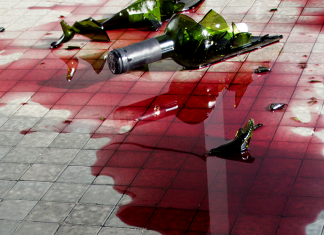 legalne czy nie, wylewanie wina to zbrodnia i tyle | fot. Horus2017 / shutterstock