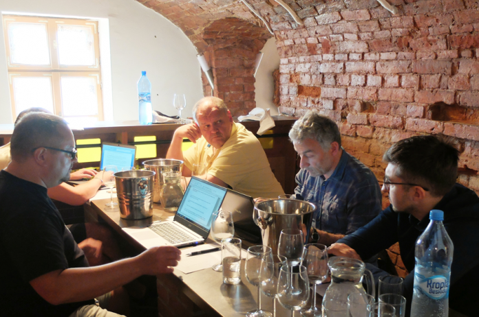 Jury: Mariusz Kapczyński (z laptopem), Wojciech Gogoliński (żółta koszulka), Wojciech Bosak, Łukasz Głowacki; Maciej Nowicki niewidoczny | fot. Przemysław Karwowski