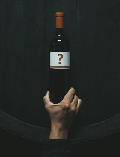 Okazuje się, że czasami klient wtrakcie zakupów winiarskich jest jak trzylatek ze szparagiem wręku: nie dość, że da się przekonać, że mu zasmakuje, to jeszcze będzie tak wrzeczywistości. | fot. Rafael Barquero / Unsplash