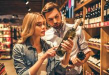 Okazało się, że największą przyjemność z degustacji czerpały te osoby, które informację o wysokiej ocenie wina przez Roberta Parkera otrzymały przed podniesieniem kieliszka do ust. Oni również byli skłonni zapłacić najwięcej za standardową butelkę. | fot. George Rudy / shutterstock