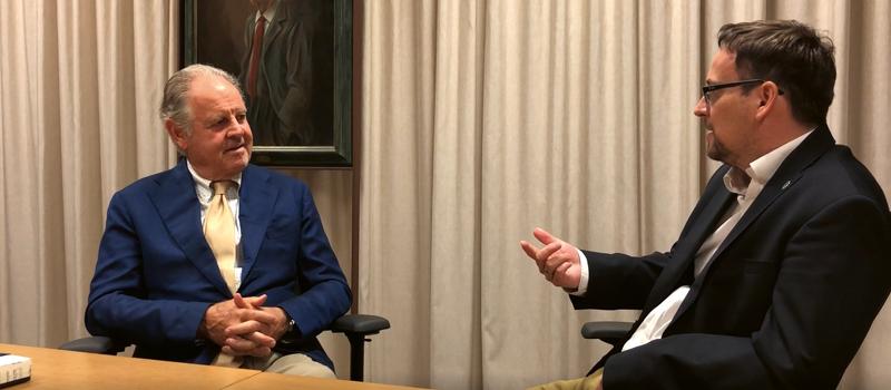Piero Antinori wczasie wywiadu. Po prawej M. Bardel | kadr zfilmu, P. Gąsiorek