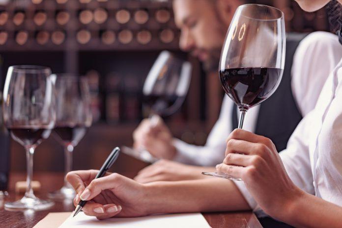 Degustacja wina: tasting | fot. LightField Studios / Shutterstock
