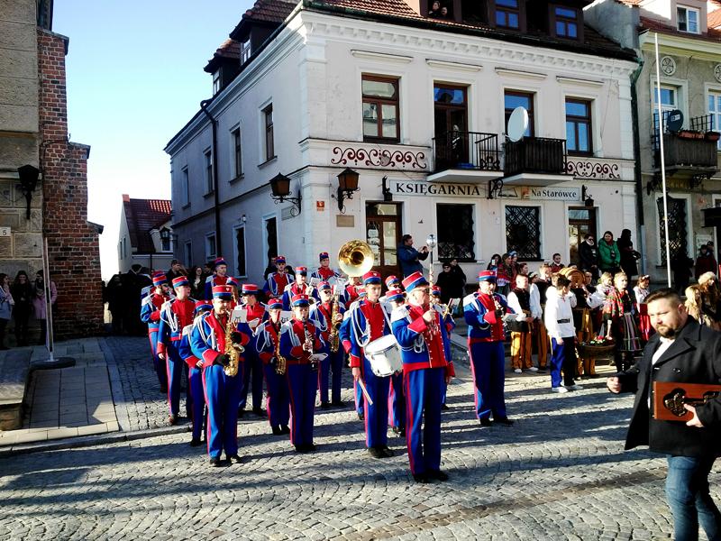 Korowód z orkiestrą, kluczem i burmistrzem. | fot. W. Gogoliński