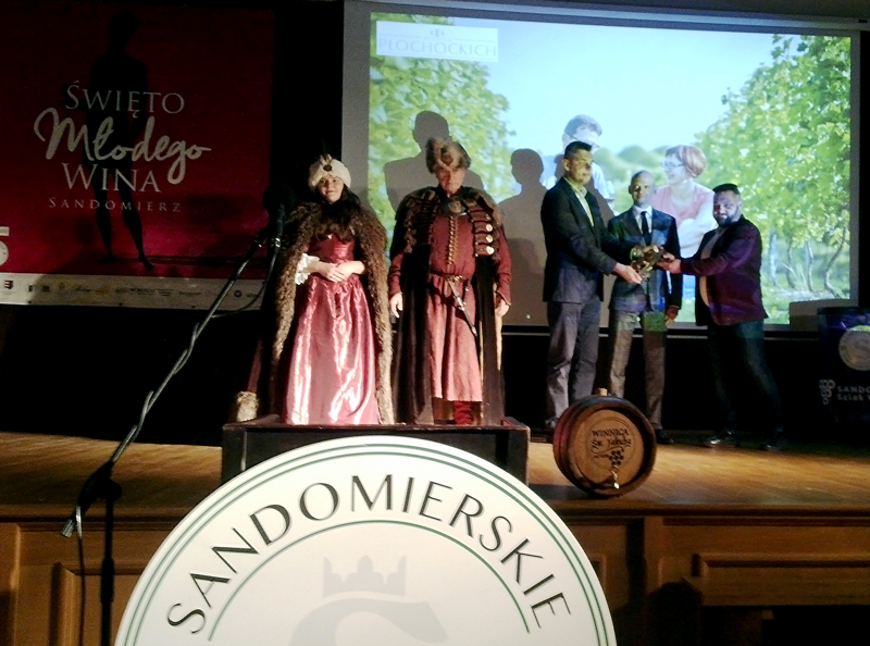 W czasie spotkania na zamku burmistrz Sandomierza Marcin Marzec mówił, że rozwój winiarstwa może pomóc w zmianie struktury produkcji rolnej w regionie, szczególnie w obliczu takiego roku jak ten. | fot. W. Gogoliński