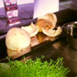 Pojedynek drugi, czyli warzywa korzeniowe. Pieczony w soli seler też może być piękny. I smaczny. | fot. Czas Wina