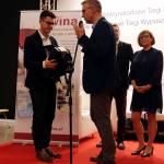 Arkadiusz Steć (Winna Polska), bezapelacyjny zwycięzca w głosowaniu, odbiera nagrodę Winiarskiego Blogu Roku Internautów 2018 od Artura Boruty | fot. M. Szymczyk