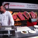 Danie główne i bardzo mięsny pojedynek pomiędzy widocznym po lewej Pawłem Portoyanem z krakowskiego Lavasha i restauracji Ogień (asystuje mu Marcin Lorek, Ogień) | fot. Czas Wina