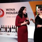 Justyna Adamaczyk (z prawej), Redaktor Naczelna Gault&Millau Polska, w rozmowie z przedstawicielką Wine of Moldova – partnera tegorocznej Gali i Żółtego Przewodnika. | fot. Czas Wina