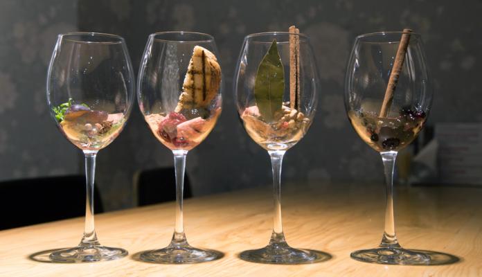 Jak rozpoznawać aromaty wina? | fot. coolcorvin / shutterstock