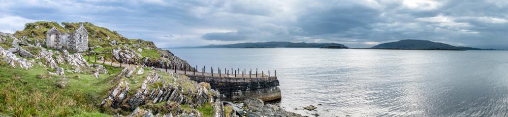 Cieśnina Jura, w tle wyspy Scarba i Jura, Szkocja | fot. Lukassek / shutterstock