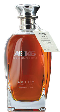 Koniak przedstawiano wówczas jako dobro luksusowe, kojarzące się z pewnym poziomem i stylem życia. Odbiorcy byli zachwyceni, z tym że było ich jednak siłą rzeczy niewielu. | fot. ABK6 Extra