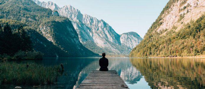 W obliczu strasznych, walentynkowych zajść i konfuzji, wybraliśmy wina do medytacji po swojemu, na naszych warunkach, bez konieczności natychmiastowej samorealizacji w tłumie… | fot. Simon Migaj / Unsplash