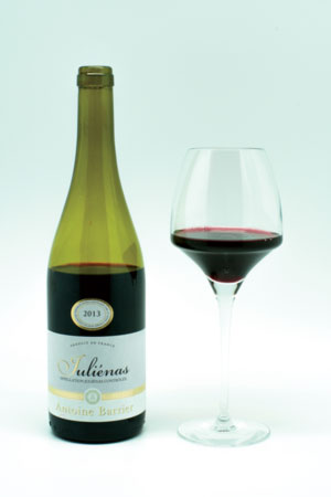 Juliénas – butelka i wino w kieliszku