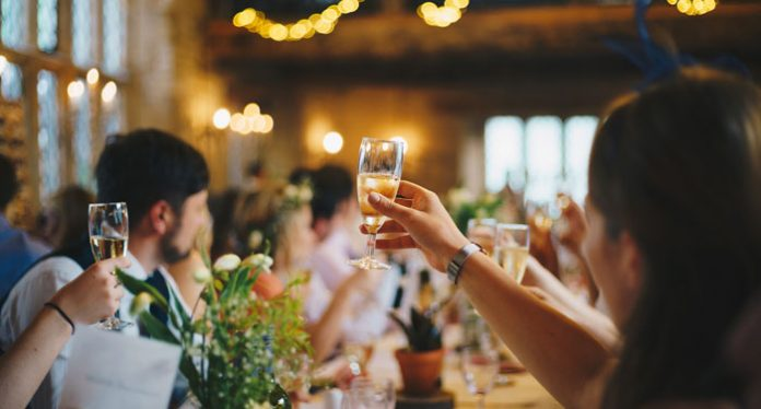 wino na weselu | fot. Alasdair Elmes / Unsplash