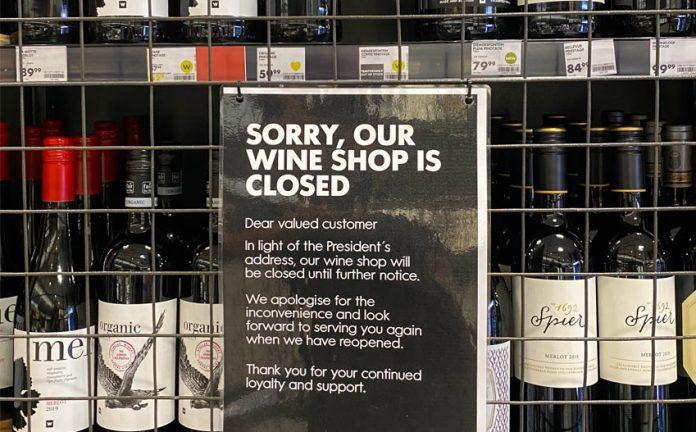 Zamknięte półki z alkoholem w Kapsztadzie | fot. Wirestock Creators