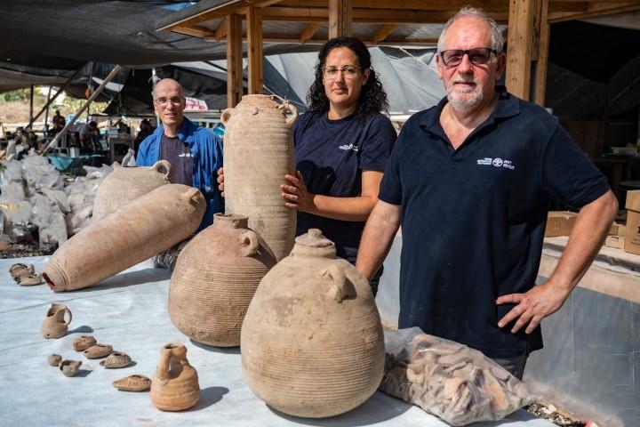 Kierownicy wykopalisk: dr Jon Seligman, Liat Nadav-Ziv oraz dr Elie Hadad | fot. Yaniv Berman, Israel Antiquities Authority